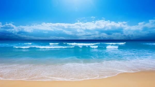 美しいクリア-ブルーの海で小さな海の波-800x480
